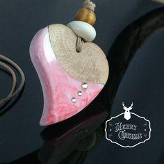 Ein persönlicher Favorit aus meinem Etsy-Shop https://www.etsy.com/de/listing/560680364/heart-resin-wood-necklaceherz-holz-harz