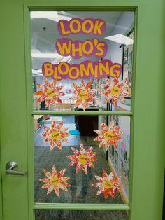 Flower stamping art project. Growing Gardens unit. Infant classroom. Class Art Projects, Classroom Art Projects, Art Classroom, Classroom Ideas, Infant Toddler Classroom, Toddler Themes, Toddler Art, Garden Crafts, Garden Art