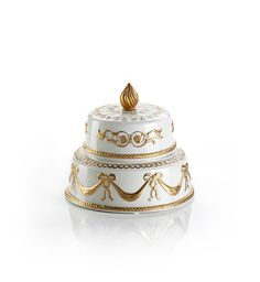 You will really want to devour these little 'cakes' in fine pastel coloured porcelain, encasing Chantilly cream scented candles. Skilfully created pouring pure wax into porcelain receptacles, these small wedding cakes seem to come straight from 18th century French palaces. Their sophisticated finish in 24 carat gold is the final touch of class, in conjunction with their packaging which brings to mind fine vintage pastry boxes.