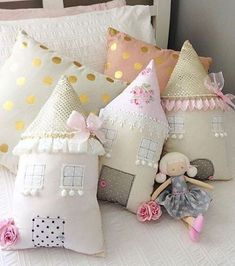 coussin chat faisant la sieste Sleeping Stuffed Cat Pillows Toy (Inspiration, No Pattern, No Tutorial) Fabric Toys, Fabric Houses, Fabric Crafts, Felt Fabric, Sewing Toys, Sewing Crafts, Sewing Projects, Cute Pillows, Baby Pillows