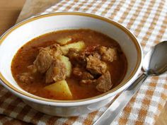 Goulash from the kitchen range for a big family celebration. Pepper Paste, Shredded Potatoes, Paprika Pork, Goulash, Stuffed Green Peppers, Thai Red Curry, Stew, Cooking, Ethnic Recipes