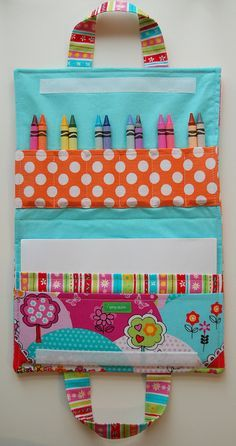 crayon art folio - I love this idea for travel - no pattern, but looks like it should be easy enough? by Kimara Diy Sewing Projects, Sewing Hacks, Sewing Tutorials, Sewing Crafts, Craft Projects, Sewing Patterns, Sewing Art, Pochette Diy, Crayon Holder