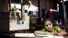 Hasta hace unos días, los habitantes de Nuevo Saposoa (Ucayali), en la selva de la Amazonía peruana, vivían en la oscuridad. Una inundación destrozó su sistema eléctrico. Pero ahora, sus plantas les dan luz. Te contamos cómo.