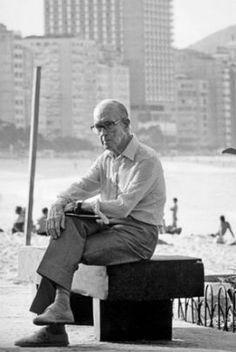 Carlos Drummond de Andrade sentado no banco na praia de Copacabana nos anos 80. Foto que gerou a estátua que fica no mesmo banco. Old Pictures, Old Photos, Book Writer, Vanity Fair, Brazil, Nostalgia, Poster Prints, Author, Portrait