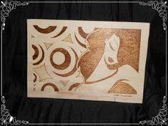 Cuadro en madera pirografiada con el dibujo de una chica...