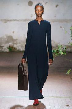 Jil Sander Fall 2019 Ready-to-Wear Fashion Show - Vogue Curvy Fashion, Modest Fashion, Runway Fashion, Womens Fashion, Jil Sander, Fashion Show Collection, Mode Style, Vogue Paris, Mannequins