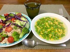 グリーンピースとコーンのスープ、そしてレタスとブロッコリーと紫キャベツとミニトマトとミントの葉と冷えた玄米のサラダ