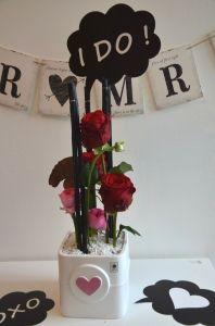 Dekoideen für Deine Hochzeit mit lustigen Schildern - Liebe ist das Motto und so machst Du aus Deinen Blumen einen echten Hingucker | VALENTINO Hochzeitsdeko