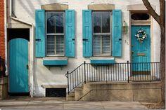 Janelas e portas azuis.