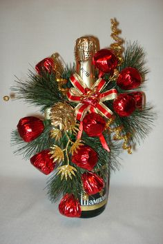 Homemade Christmas Gifts, Christmas Crafts, Christmas Decorations, Wine Bottle Crafts, Bottle Art, Beer Bouquet, Festive Crafts, Christmas Wine Bottles, Gift Wraping