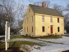 Beautiful Colonial Saltbox New England Homes, New England Style, Saltbox Houses, Old Houses, Sliding Door Treatment, Country Interior, Colonial Williamsburg, Old Barns, American Country
