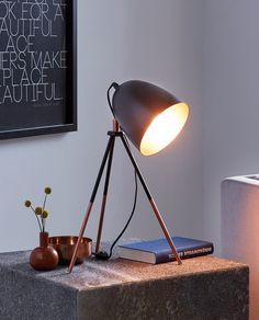 Chester er en urolig stilig bordlampe med lekre detaljer og kult design. Lampen er produsert i stål og består av en sortlakkert tripod med en litt overdimensjonert sort, justerbar skjerm. Den har detaljer i kobber på bein, skjermfestet og på innsiden av skjermen. Et stilsikkert valg hvor du gjerne må kjøpe en dekorativ globepære til lampen, da dette vil heve designen.