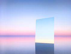 塩湖というとボリビアのウユニ塩湖が有名だが、ほかにも美しい塩湖はある。オーストラリアのエア湖もそのひとつだ。写真家マレー・フレデリックスは、湖の上に「鏡」を置くことで、ただでさえ美しい湖の風景をさらに美しくしてしまった。