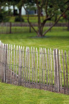 Et flot hegn, der har stået lidt tid og fået et flot grå patina. Rustic Fence, Latte, Garden Structures, Outdoor Gardens, Wood, Arches, Products, Gardens, Wooden Terrace