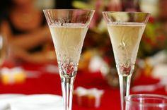 Ingredientes:  2 cdta. de crema de cassis 5 oz de champán Preparación:  Vierte sobre una copa flauta la crema de cassis y luego lentamente añade el champán. Luego, disfruta de este típico trago francés.