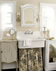 Shabby chic bathrooms are comfortable and warm. Get inspired by these five bathrooms decorated in a shabby chic style all with unique characteristics! Lavabo Shabby Chic, Shabby Chic Farmhouse, Shabby Chic Homes, Farmhouse Style, Farmhouse Decor, Farmhouse Sinks, Cottage Style, Farmhouse Ideas, French Farmhouse