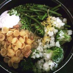 Cette recette est une nouvelle tendance qui a tout pour plaire , facile, rapide à préparer car tout cuit en même temps ! Et le résultat est plus que convaincant. A vous de tester , bon appétit! Orecchiettes Primavera ou One pot Pasta aux légumes verts...
