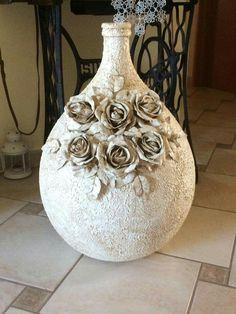 Tania Maria Gedoz's media content and analytics Recycled Glass Bottles, Glass Bottle Crafts, Wine Bottle Art, Diy Bot… Wine Bottle Art, Glass Bottle Crafts, Diy Bottle, Wrapped Wine Bottles, Bottles And Jars, Glass Bottles, Vasos Vintage, Halloween Bottles, Vase Crafts