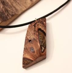 Holz-Harz-Halskette - handgemachter Anhänger aus australischem Holz in blau türkisem Kunstharz an schwarzer Lederkette von FedergoldDesign auf Etsy