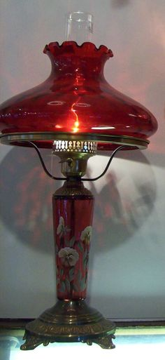 This type of photo is a quite inspiring and exceptional idea Antique Oil Lamps, Old Lamps, Vintage Lamps, Vintage Lighting, Red Glass, Glass Art, Glass Lamps, Fenton Lamps, Crystals