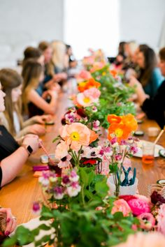 A fun summer party idea! Get all of your friends and their daughters together to host a flower crown making party! Jennycookies.com