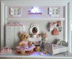 Quadro cenário de quartinho de menina.  Pode ser usado também como enfeite de porta de maternidade.  Decoração personalizada com aplicação de tecidos combinando com as cores e estampas da sua decoração.  Miniaturas em MDF recortadas a laser e em resina.    PRODUTO ARTESANAL SUJEITO À VARIAÇÕES R$ 425,00