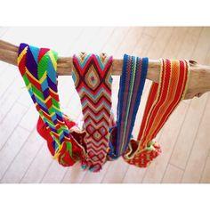 ワユーモチラはストラップも超cute         CHILA BAGSをご購入の方に先着でスターフィッシュ型ヘアクリップをプレゼント  スペシャルプライス Large 20900税込 Mini 14900税込 Chila Bagsオリジナル保存袋付き About Wayuu Mochila Bags コロンビア北部ベネズエラに住み昔ながらの文化生活様式言語などを守りながら暮らす先住民族Wayuu Tribe  母から娘へ作り方を伝授し代々受け継がれるオールハンドメイドのカラフルなバケツ型バッグはMochila Bagと呼ばれ手作業で20日間程掛けて作り上げられます  一つ一つの柄にそれぞれ意味を持ちWayuu民族の生活必需品として日々使用されている伝統的なバッグです  Wayuu バックは工場で大量生産される製品とは違い全て手作業で作られる1点物のためサイズ形色合いなどそれぞれ全てに個性があり一度手に取るとハンドメイドならではの温かみと愛着感を感じる事ができます  折りたたむとコンパクトに持ち運びができるので旅行先でも重宝するアイテムなのです  #ビーチ…