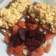 Dîner Time  C'est officiel le vendredi est décrété comme journée de la flemme même en jour off du coup je me suis fait deux œufs brouillés avec une petite salade de tomate betterave et toast waza .  Bonne soirée à vous ici on essaye de profiter au Max du soleil car il paraît que la semaine prochaine  cest le retour de la pluie . #tbc1 #reequilibragealimentaire #mangersain #topbody #pertedepoids #tbc216 #tbc1403 #tbc2016 #tbc14mars2016 #topbodychallenge #topbodychallengeuse #topbody…