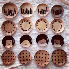 山の前製作所さんの木の豆皿。水玉やお花、木の絵柄とどれも可愛いですが、特にまん丸お顔の豆皿がそそられます。可愛い♪ Kitchenware, Kawaii, Plates, Ceramics, Dishes, Cutlery, Drinking, Desserts, Space