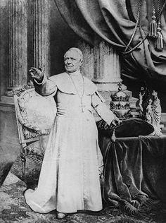 https://churchpop.com/2016/07/02/first-photos-ever-taken-pope/ De vroegste foto's ooit genomen van een paus..