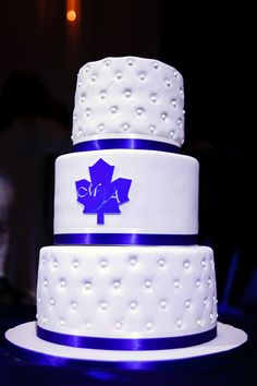 Classy looking Toronto Maple Leafs wedding cake. Subtle.