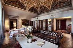 La ubicación del hotel Il Salviatino (© foto), en las tranquilas colinas de Fiesole, en un entorno natural envidiable, goza de la ventaja de estar a solo un paso de una de las ciudades más espectaculares del planeta, Florencia.
