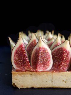 Ma tarte aux figues: une pâte sucrée recouverte de crème d'amande, de confit de figues et de figues fraîches bien juteuses!   nathaliebakes.com