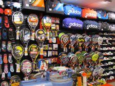 Raquetas de pádel y tenis, bolsas de deporte, y muchos más accesorios deportivos.