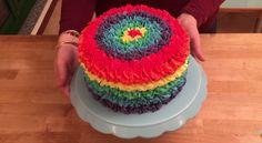 Ce joli gâteau arc-en-ciel contient une super surprise à l'intérieur!
