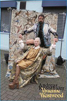 Vivienne Westwood führt ihre Zusammenarbeit mit dem Fotografen Jürgen Teller weiter, erstmals allerdings landete der Name von Westwoods Tiroler Ehemann Andreas Kronthaler auf einem Kampagnenbild. Kronthaler hatte Vivienne Westwood während seiner Studienzeit an der Universität für angewandte Kunst in Wien kennen gelernt. Hier posieren beide auf Plateau-Stiefeln, in langen Kleidern und Satin-Gewändern vor einem Teppich mit Vogel-Mustern.