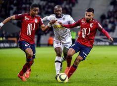 Stade Pierre-Mauroy (Villeneuve-d'Ascq), mercredi 27 avril 2016. Boufal (à droite) n'a pas réussi à faire la différence face à Sunu et aux Angevins. (AFP.)