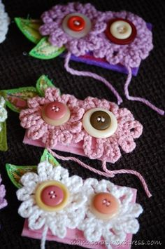 simple crocheted flowers with buttons @Linda Bruinenberg Bruinenberg Reed ..these would look cute on your hats.:)