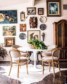 Looking for some ideas to get boho dining room inspiration? Vintage Industrial Decor, Industrial Dining, Industrial Style, Industrial Lighting, Modern Lighting, Sala Vintage, Vintage Style, Vintage Inspired, Studio Apartment Decorating