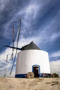 De molen van het plaatsje Odeceixe in de Algarve Faro Portugal, Sintra Portugal, Visit Portugal, Spain And Portugal, Algarve, Best Places To Vacation, Cool Places To Visit, Wonderful Places, Beautiful Places