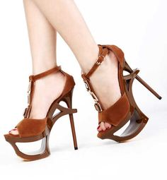 Sandale cu toc inalt si platforma decupata - model elegant si unicat prin modul de ancorare al tocului (15.5 cm) si datorita platformei decupate (6.5 cm)