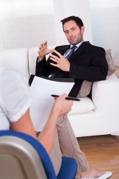 Uomo che parla al suo Terapeuta per la schema Therapy