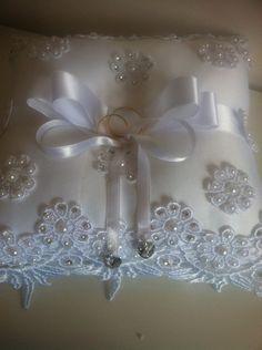 Almofada Porta Alianças | Belissima Noivas & Acessórios | Elo7 Wedding Ring Cushion, Wedding Pillows, Ring Bearer Pillows, Ring Pillows, Ribbon Embroidery Tutorial, Hand Embroidery Designs, White Wedding Decorations, Wedding Bag, Flower Girl Basket