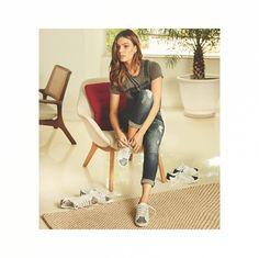 Uma peça que está com tudo nesta temporada é o tênis. Despojado e confortável, ele transforma o look de uma forma superestilosa. Na moda atual, o grande trunfo do tênis é a versatilidade. Ele pode ser combinado com vestido curto ou longo, saias, shorts, macacão ou calça jeans. Breve em nossa loja, um dos maiores hits da estação, o favorito das fashion girls, o rei do conforto! ✨👑✌ Venha conhecer as novidades #Verao2017 da #MixMoraisSapataria. Estrada do Cabuçu, 2692, Lj03 - Galeria Via…