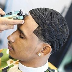 Medium length hair styles are the trend these days when it comes to men's looks. These styles are simple to create and give men suave and well groomed looks with a bit of flair. Trendy Mens Hairstyles, Cool Mens Haircuts, Black Men Hairstyles, Men's Hairstyles, Waves Hairstyle Men, Waves Haircut, 360 Waves Hair, Black Men Haircuts, Hair And Beard Styles