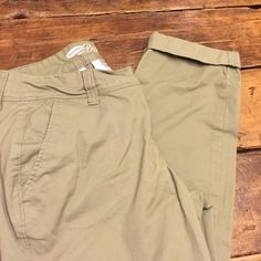 OLD NAVY boyfriend chinos New without tags! Adorable Boyfriend chinos Old Navy Pants Ankle & Cropped