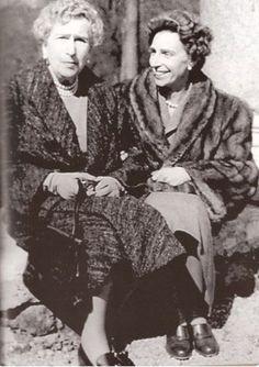 SM la Reina Victoria Eugenia de Battenberg, Reina de España y su hija la Infanta Beatriz.