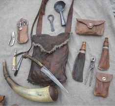 A traditional bushcraft kit of the woodsman of the olden days. Larp, Crea Cuir, Shooting Bags, Black Powder Guns, Grandeur Nature, Longhunter, Bushcraft Gear, Fur Trade, Mountain Man