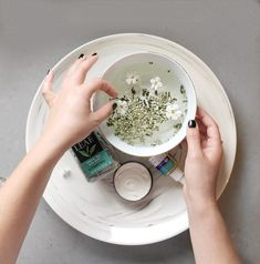 3 steps to keep hands glowing and soft in the winter Hand Soak, Local Nail Salons, Strong Nails, Pure Leaf Tea, Beauty Hacks, Beauty Tips, How To Dry Basil, Health And Wellness, Glow