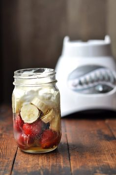 Mason Jar Blender Smoothies - How to make a smoothie in a Mason jar attached directly to your blender Mason Jar Smoothie, Beet Smoothie, Smoothie Blender, Smoothie Prep, Smoothie Recipes, Drink Recipes, Freezer Smoothies, Healthy Smoothies, Healthy Snacks